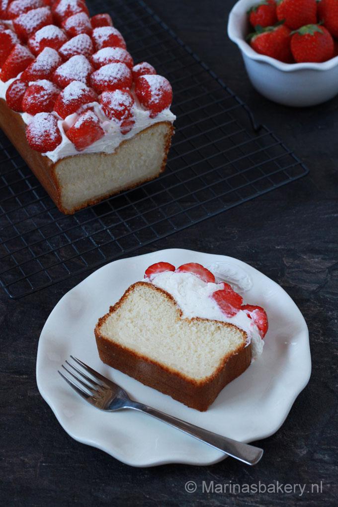 Yoghurtcake met aardbeienen slagroom