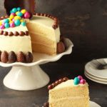 Paastaart met witte chocolade botercréme en paaseitjes