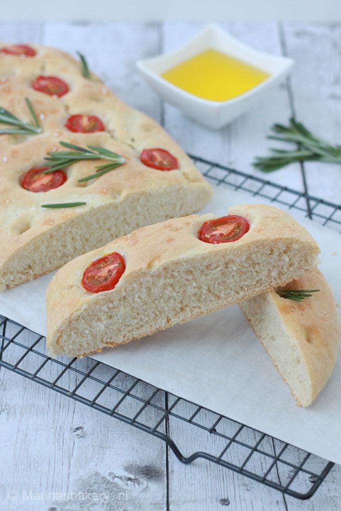 Focaccia-met-rozemarijn-en-tomaatjes