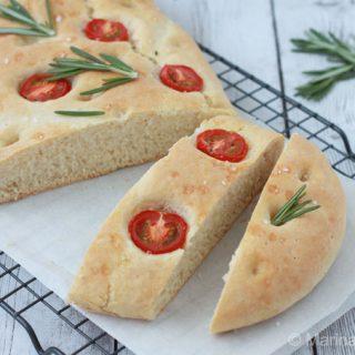 Focaccia met rozemarijn en tomaatjes