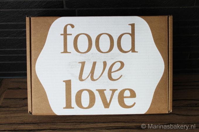 Eigelijk vind ik alles wat met bakken te maken heeft leuk dus toen ik een mailtje ontving dat de volgende Foodwelove box samengesteld zou worden door Rutger (de 1e winnaar van Heel Holland Bakt) twijfelde ik geen moment en bestelde 'm. Het concept van Foodwelove is heel leuk, je ontdekt de meest bijzondere delicatessen van over de hele wereld. Ze zoeken, proeven en selecteren de allerlekkerste producten voor de maandelijkse FoodWeLove box en hun webshop. De box heeft elke maand een nieuw thema, van Mexicaans tot Frans, ontbijt tot de favorieten van een sterren-chef. Daarnaast blijft de inhoud van de box een verrassing tot het moment van verzending en vind je in de box altijd het FoodWeLove magazine met recepten en achtergrondverhalen. Je kan net als mij af kiezen om af en toe een box te bestellen of je kan er voor kiezen om een abonnement te nemen en dan ontvang je elke maand een box met 6 - 8 die niet in de supermarkt te vinden zijn. De box van deze maand staat in het teken van Bakken en heet heel toepasselijk Bakken met Rutger : Bake it away - van zoet tot hartig! Ik denk dat het voorstellen van Rutger onder de bakliefhebbers niet nodig is, ik en heel bakliefhebbend Nederland zag hem het 1e seizoen van Heel Holland Bakt winnen. Na zijn overwinning bracht hij drie boeken uit, Rutger Bakt, Rutger Bakt Feestelijk en De Bakbijbel. Sinds kort heeft Rutger ook zijn eigen Bakblog www.rutgerbakt.nl. Op Facebook vroeg ik jullie of jullie het leuk zouden vinden om een unboxing van deze box te zien en jullie zeiden volmondig ja, stap voor stap maakte ik de box open en met foto's laat jullie zien wat voor lekkernijen erin zitten. Foodwelove Box Bakken met Rutger