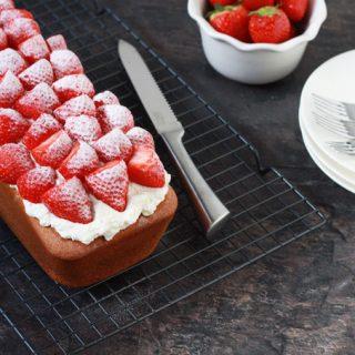 Yoghurtcake met aardbeien en slagroom