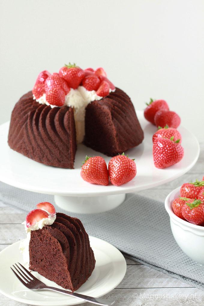 Chocolade-Bundt-Cake-met-slagroom-en-aardbeien