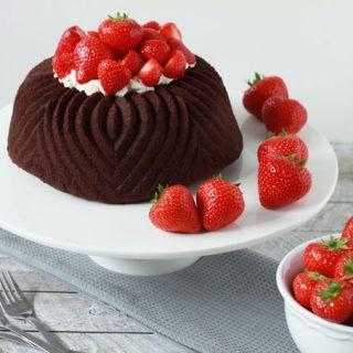 Chocolade Bundt Cake met Slagroom en Aardbeien
