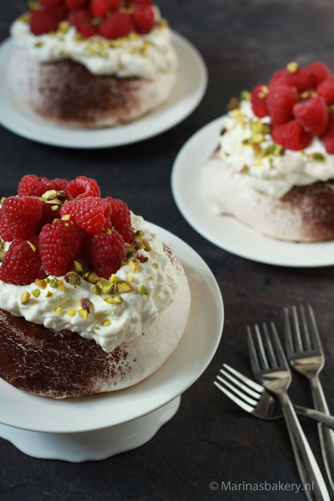 chocolate-dusted pavlovas met frambozen