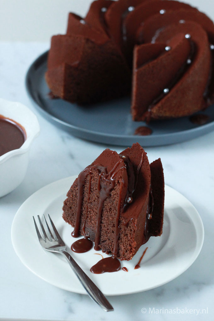 Chocoladetulband-met-gezouten-chocolade-karamelsaus